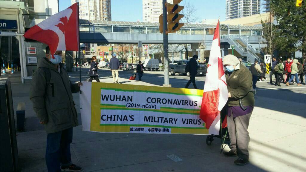 前中國律師祝聖武在加拿大溫哥華地鐵天車站拉橫幅「武漢肺炎,中國軍事病毒」,遭毛粉網上批評攻擊。(受訪者提供)