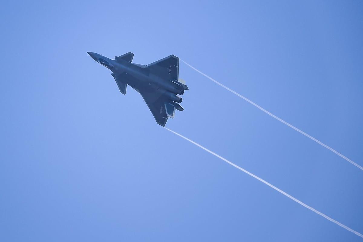 2016年11月1日,一架殲-20戰機在廣東珠海航展上空飛行。(STR/AFP via Getty Images)