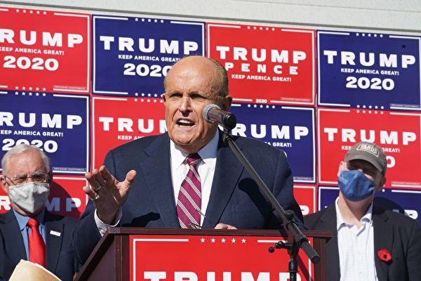 2020年11月15日,美國總統特朗普的私人律師朱利亞尼(Rudy Giuliani)表示,已記錄足夠多的非法選票,他相信總統大選結果將被「翻轉」。圖為朱利亞尼在11月7日於費城召開的新聞發佈會上。(BRYAN R. SMITH/AFP via Getty Images)