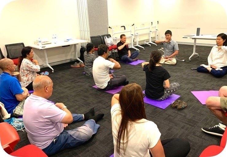 2020年1月,在澳洲悉尼西南部的堪特伯雷班克斯敦市政府舉辦的教功班上,新學員在學煉法輪功。(明慧網)