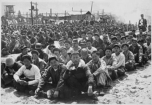 圖為志願軍戰俘在中立區外「南朝鮮」一側等待進入中立區。(大紀元資料圖片)