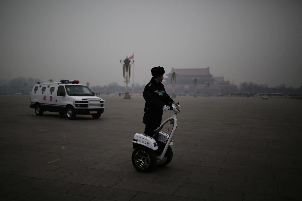 圖為2014年3月3日中共兩會的政協會議開幕前,一名警察在安保巡邏。(Feng Li/Getty Images)