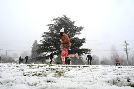 藍山卡圖巴地區迎來今年的第一場雪,當地人在雪中嬉戲。(SAEED KHAN/AFP via Getty Images)