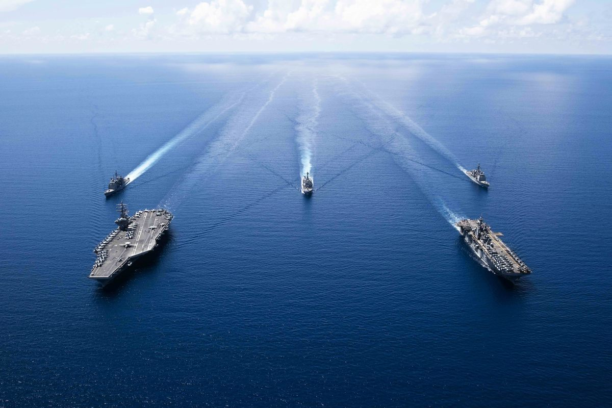 2019年10月7日,羅納德·列根號航空母艦(USS Ronald Reagan)(CVN 76)(左)和「拳師號」兩棲攻擊艦(USS Boxer)(LHD 6)以及「列根號」航母打擊小組和「拳師號」兩棲備戰小組的船隻正在南中國海進行「安全與穩定」演習。(Erwin Jacob V. MICIANO / Navy Office of Information / AFP)
