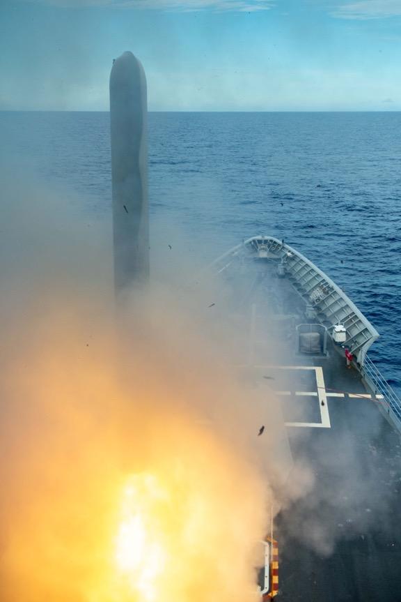 2020年9月20日 ,在「勇敢之盾」(Valiant Shield)演習中,美軍的提康德羅加級巡洋艦安提坦號(CG 54)發射了戰斧巡航導彈,攻擊了距離關島附近的無人島上目標。(美國海軍)