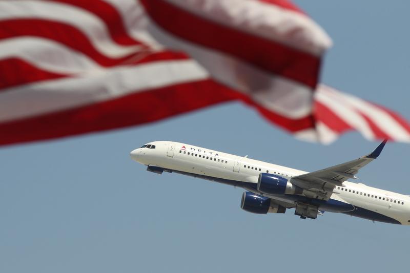 受到中共病毒(俗稱武漢病毒、新冠病毒)疫情干擾,全球航空業正面臨史上最慘烈的不景氣,美國2020年4月中旬的機場通關人次已較去年銳減96%。(David McNew/Getty Images)