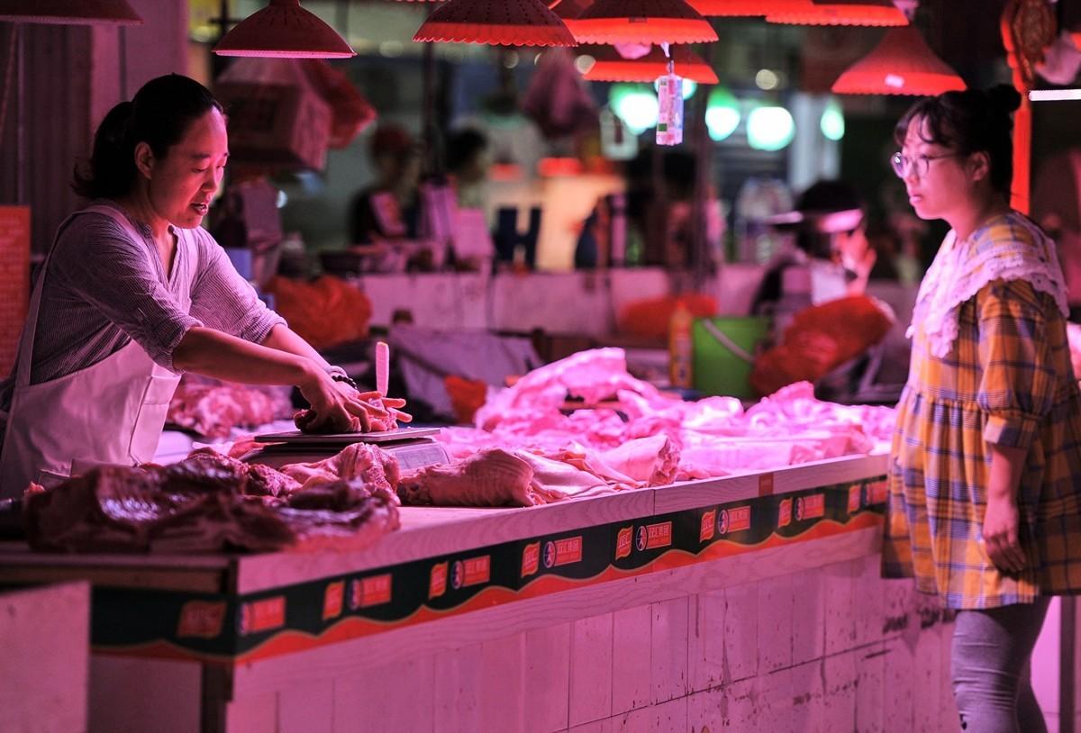 中國國內市場的豬肉價格在飆升。圖為2019年9月5日北京某市場上的豬肉攤。(STR/AFP)
