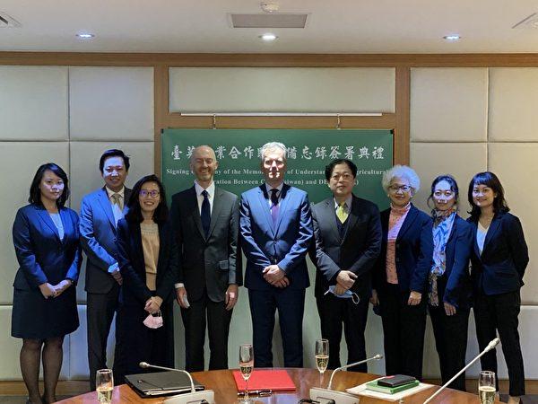 台灣與英國1月28日簽署「台英農業合作了解備忘錄」,圖為出席人員合照。(農委會提供)