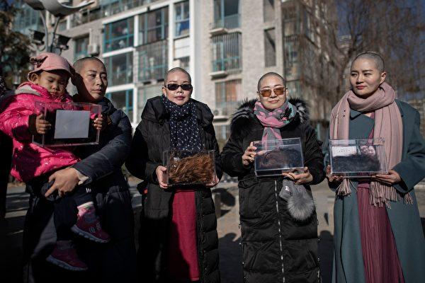 12月17日,709家屬(從右到左)李文足、王峭嶺、劉二敏、原珊珊,剃光自己的秀髮,到中共北京高院齊喊:「我可以無髮,你卻不能無法!」(FRED DUFOUR/AFP/Getty Images)
