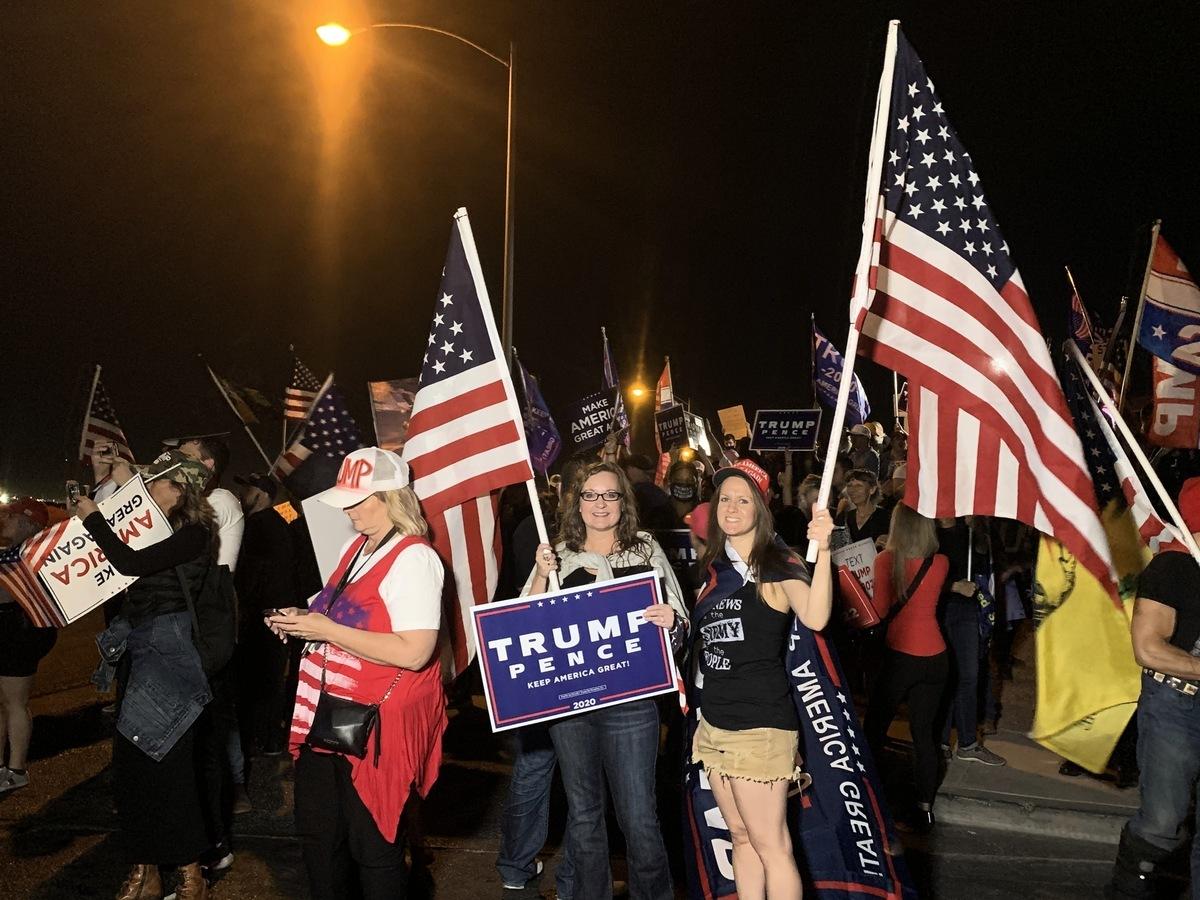 2020年11月5日晚,上百位選民聚集在內華達州克拉克縣(Clark County)拉斯維加斯競選總部前,要求公開計算每一張「合法選票」。多位選民也講述了當地一些選舉舞弊的內幕。(姜琳達/大紀元)