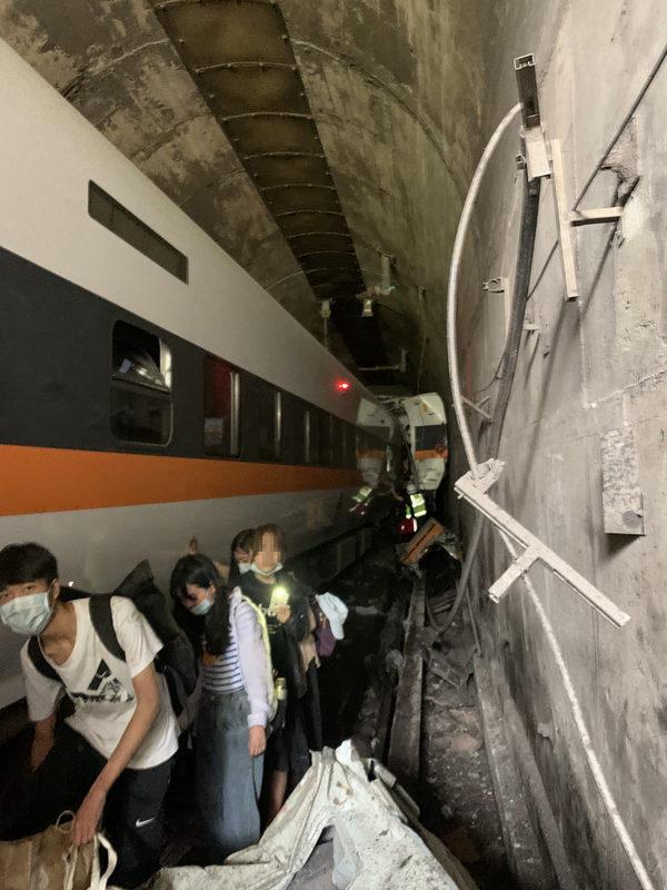 清明連假首日,2021年4月2日上午9時多從樹林發車至台東的408次太魯閣號行經花蓮秀林鄉和仁路段,即大清水隧道內發生事故,第2、3車出軌、3至8車仍在隧道。(消防署提供/中央社)