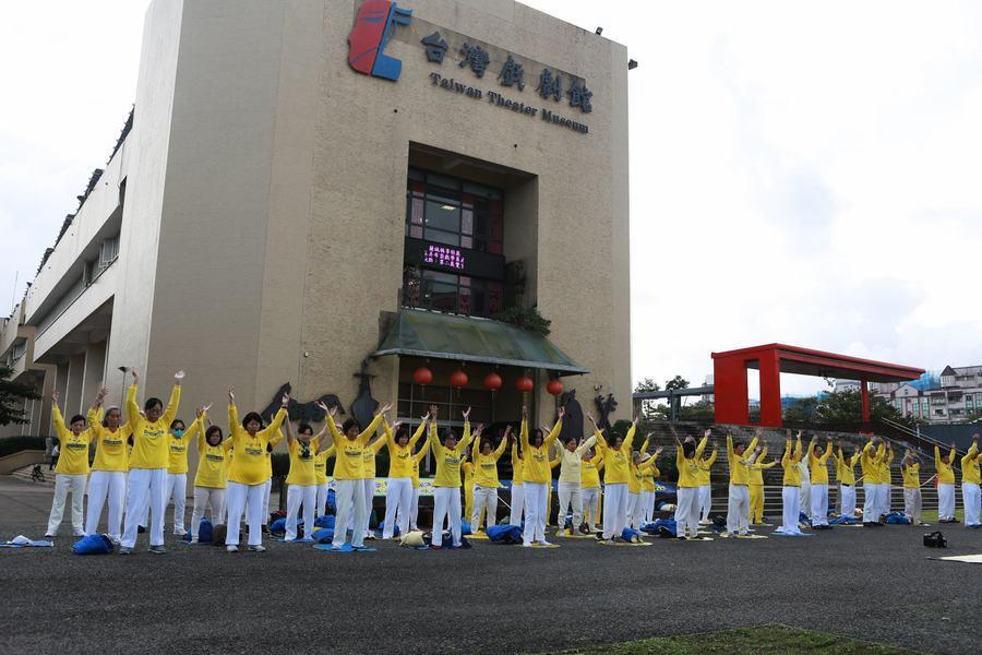 台灣宜蘭法輪功學員恭賀李洪志師父新年好