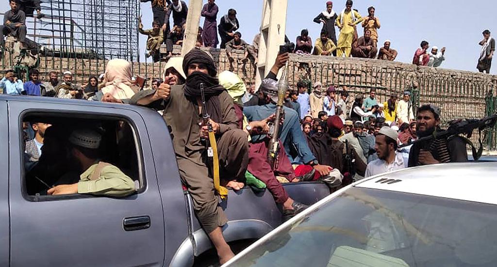 圖為8月15日,塔利班武裝份子佔領賈拉拉巴德 (Jalalabad)。(AFP via Getty Images)