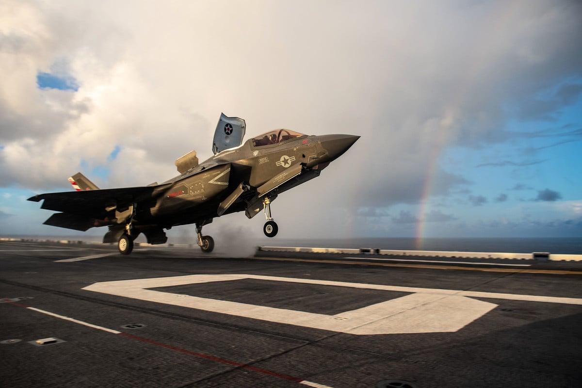 2021年8月英國伊利沙伯女王號航母與美軍美利堅號兩棲攻擊艦一同在菲律賓海演練,美國海軍陸戰隊的一架 F-35B 閃電 II 戰鬥機從伊利沙伯女王號的甲板起飛。(美國海軍)