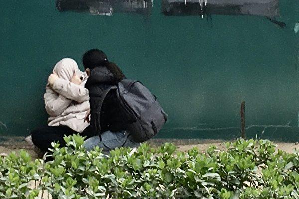 3月31日,在北京CBD的SOHO現代城樓下,一男子情緒崩溃,放聲大哭。(大紀元)