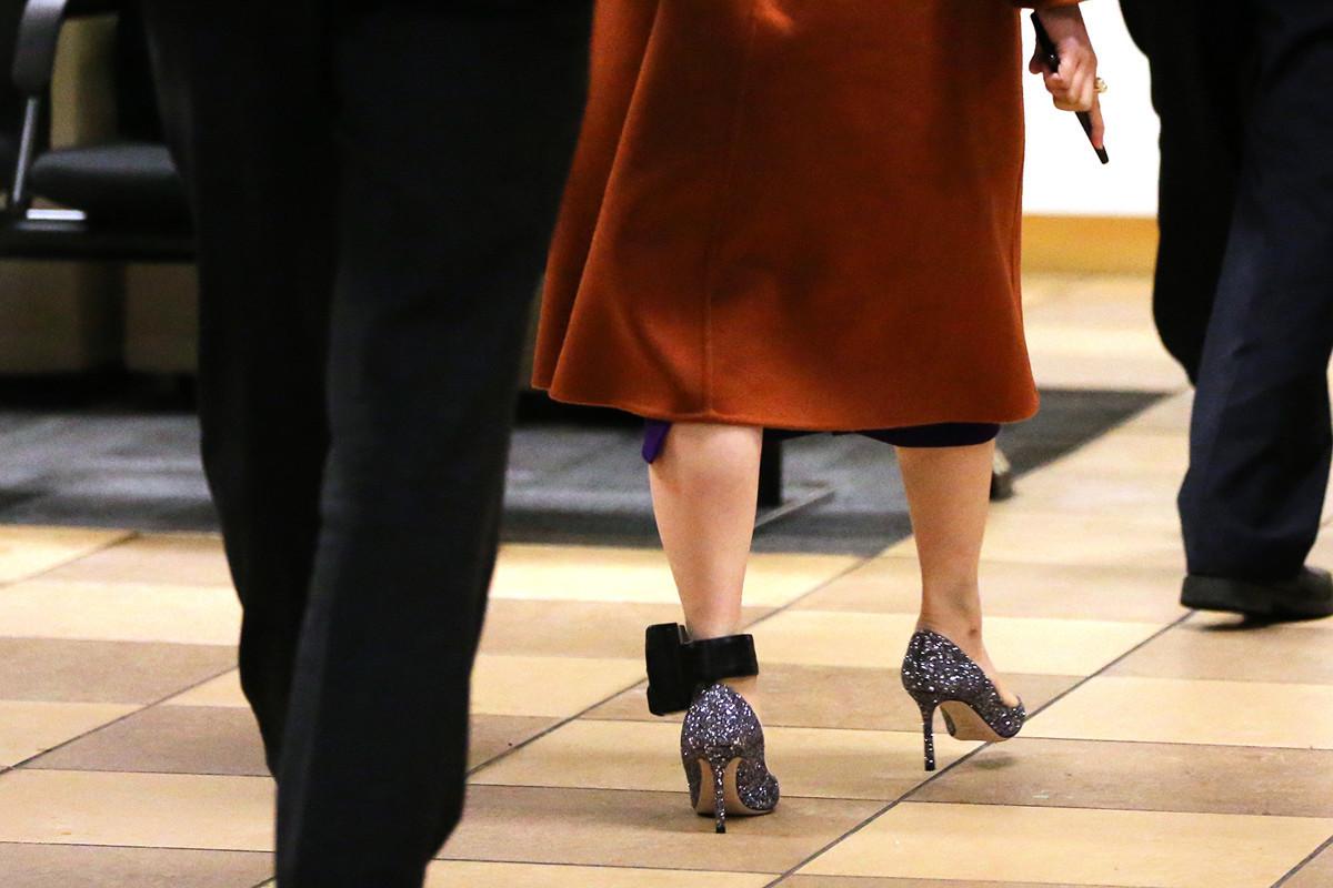 孟晚舟9月23日出庭時,左腳上戴的跟蹤設備清晰可見。(Karen Ducey/Getty Images)