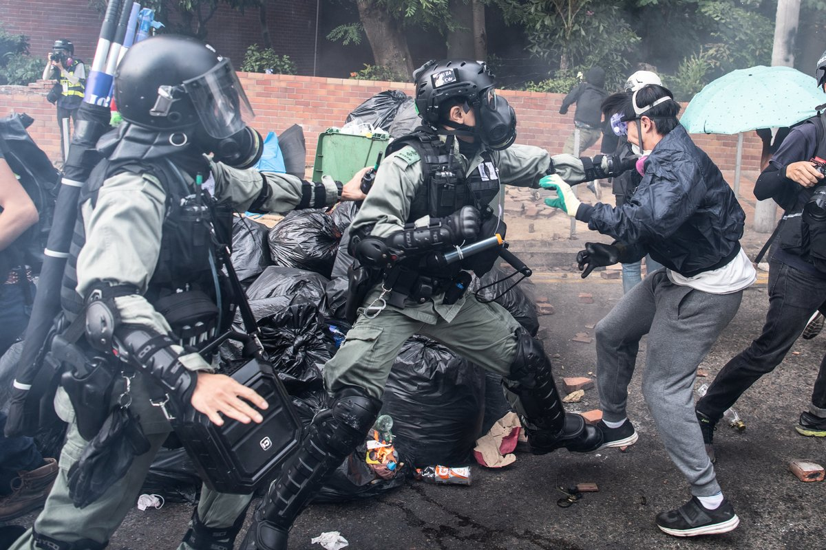 港人一再要求調查香港警察濫用武力情況,釋放示威民眾,但港府不理睬。圖為港警暴力鎮壓學生。 (Laurel Chor/Getty Images)