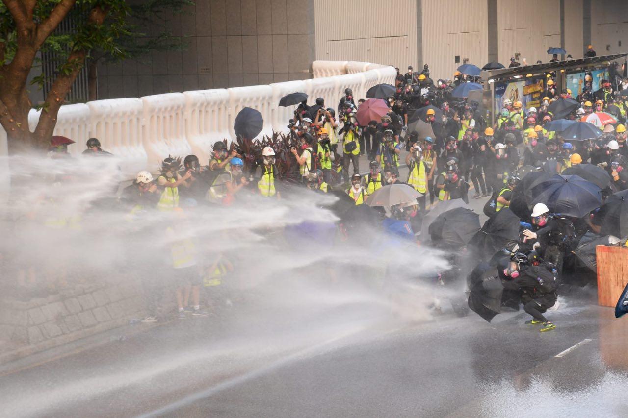 9月15日,警方再出動水炮車,並首次直接射向聚集港民。面對警方升級鎮壓,市民沒有害怕,繼續抗議,甚至已把生死置之度外。(宋碧龍/大紀元)