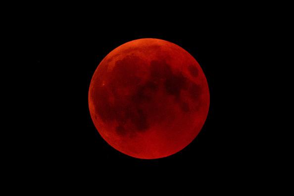 2019年將會五個日食,一個罕見的水星凌日,流星雨,以及備受關注的超級血狼月。圖為在2018年7月27日在德國霍亨索倫(Hohenzollern)城堡後面夜空中看到的血月亮。 (Matthias Hangst/Getty Images)