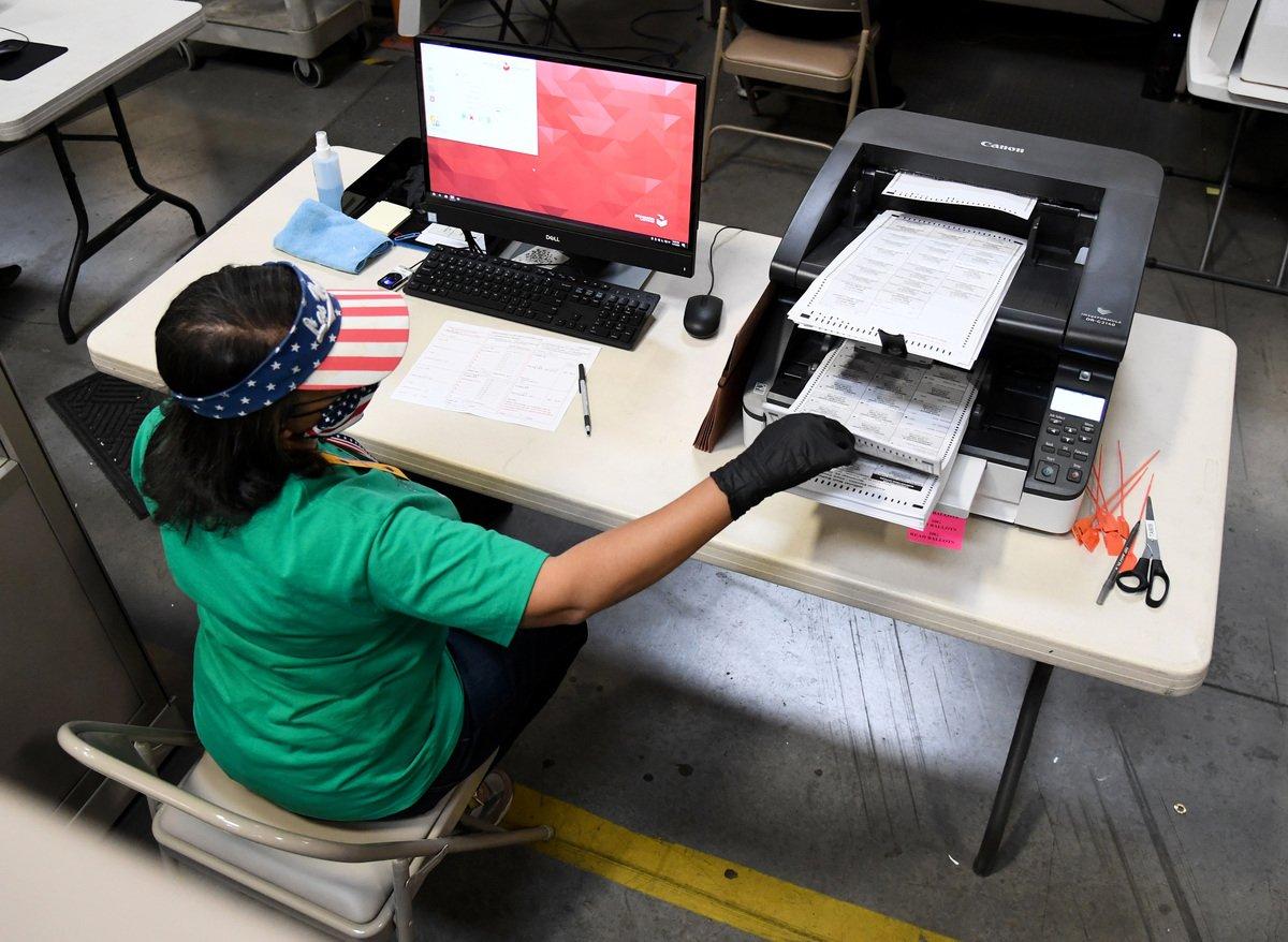 2020年11月7日,內華達州北拉斯維加斯:克拉克縣選舉工作人員在計票中心掃瞄郵寄選票。(Ethan Miller / Getty Images)