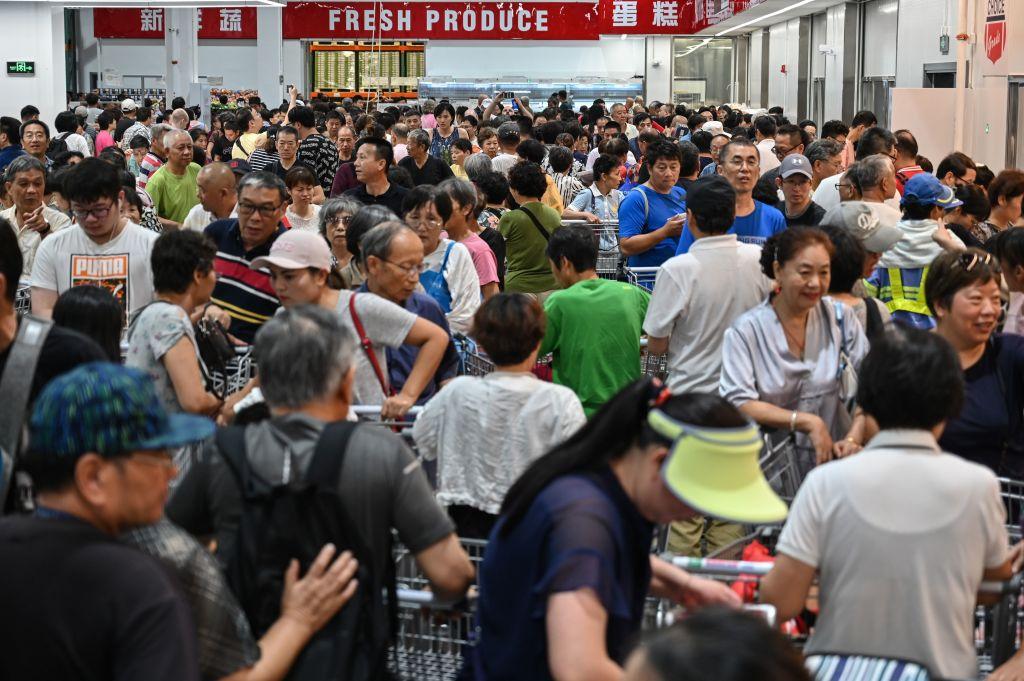 Costco上海門店開業首日的火爆場面。(HECTOR RETAMAL/AFP/Getty Images)