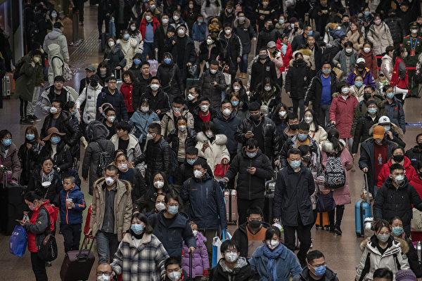 避免感染中共病毒(武漢肺炎),人人戴口罩自保。 (Kevin Frayer/Getty Images)