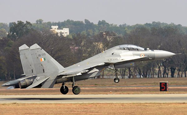 2017年2月14日,一家印度空軍的Su-30MKI戰鬥機在印度班加羅爾的航空展上。(Manjunath Kiran/AFP via Getty Images)