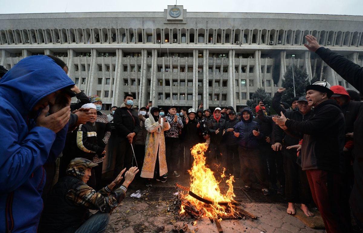 吉爾吉斯斯坦議會選舉充滿爭議,爆發大規模民眾抗議。目前,已有大批抗議者闖入政府機構,並解除了總統的職務。圖為在廣場生起篝火的抗議民眾。 (VYACHESLAV OSELEDKO/AFP via Getty Images)