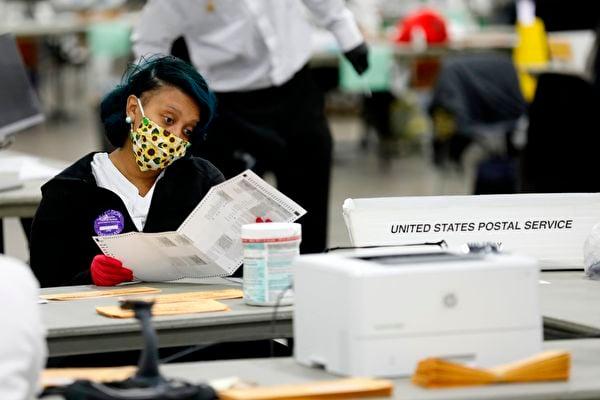 密歇根州韋恩縣點票委員會一名共和黨成員2020年11月18日表示,特朗普總統在得知她因拒絕認證韋恩縣選舉結果而遭到恐嚇後,給她打電話表示慰問。圖為底特律點票場景。(JEFF KOWALSKY/AFP via Getty Images)