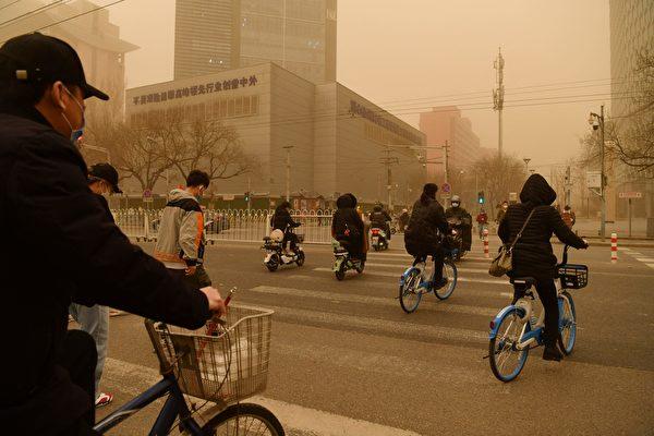 2021年3月15日,北京市出現沙塵暴,滿天黃沙、遮天蔽日。圖為3月15日北京市的情況。(GREG BAKER/AFP via Getty Images)