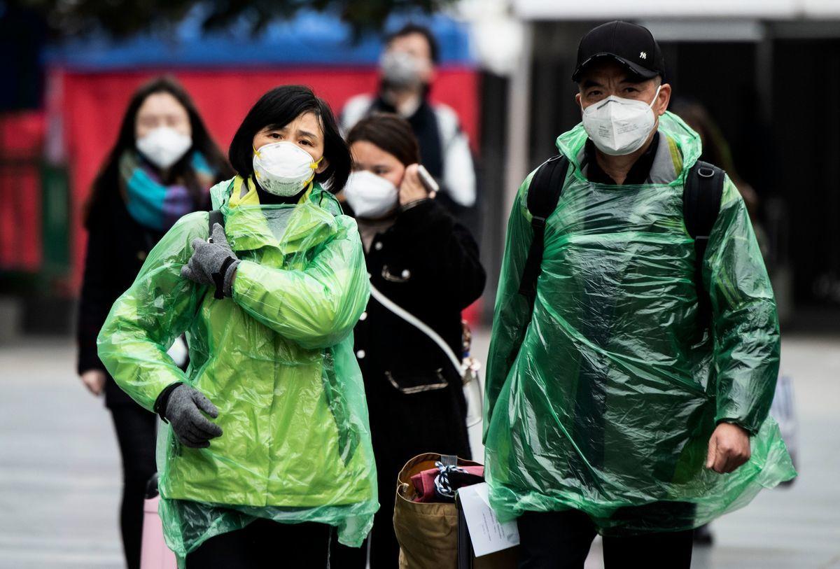 中共病毒不僅擾亂了中國的口罩生產,還使中國自身對醫療用品的需求猛增,而其它依賴中國產口罩的國家也面臨同樣的口罩荒問題。圖為戴口罩的民眾。(NOEL CELIS/AFP via Getty Images)