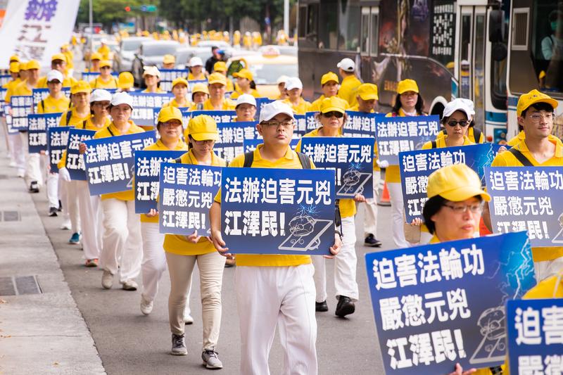 法輪功反迫害21周年,2020年7月18日下午4時,台灣部份法輪功學員約一千人在台北市區舉行「天滅中共 結束迫害」遊行。(陳柏州/大紀元)