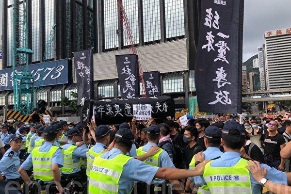 香港全民黑衣日的十一大遊行,令中共當局膽顫心驚,害怕黑衣潮蔓延大陸。圖為香港抗議現場。(佘志誠/大紀元)