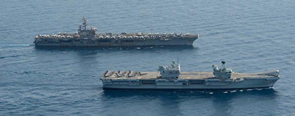 7月13日,英國海軍的伊利沙伯女王號(HMS Queen Elizabeth,近處)航母與美軍的列根號航母(CVN-76)在亞丁灣共同演練。英國航母上的兩個獨立艦島清晰可見。(美國海軍)