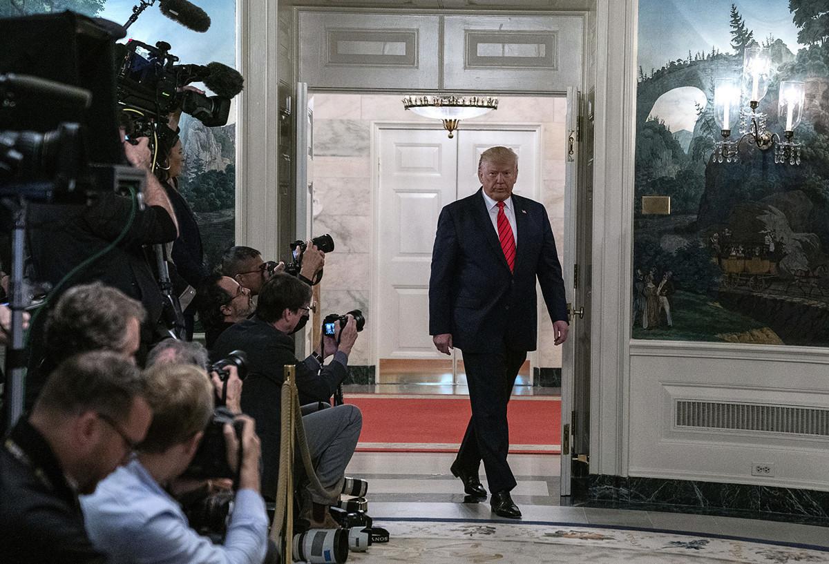 2019年10月27日,美國總統特朗普走進白宮外交接待室發表聲明。特朗普總統宣佈伊斯蘭國領導人巴格達迪在美軍於敘利亞西北部的一次軍事行動中被擊斃。(Tasos Katopodis/Getty Images)