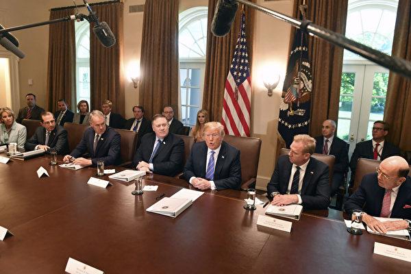 7月18日,特朗普總統在白宮主持內閣會議。((Photo by Olivier Douliery-Pool/Getty Images)House in Washington, DC. (Photo by Nicholas Kamm / AFP) (Photo credit should read NICHOLAS KAMM/AFP/Getty Images)