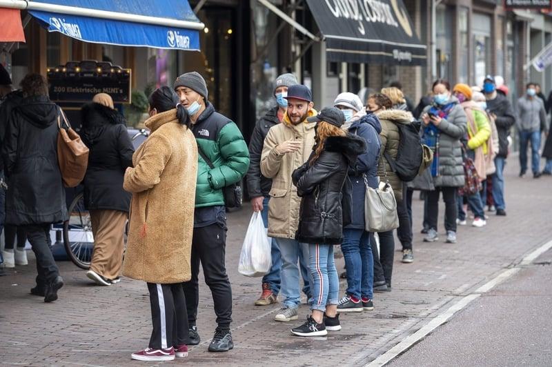 圖為2020年12月14日,人們在阿姆斯特丹的Kinkerstraat區為聖誕節購物。(BART MAAT/ANP/AFP via Getty Images)