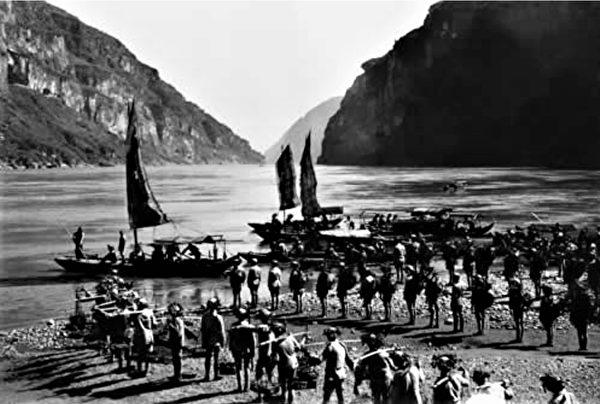 國軍在鄂西三峽地區行軍(鄂西會戰)。(公有領域)