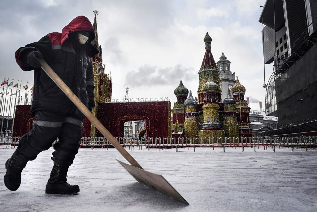 圖為2020年2月7日,一名工人在莫斯科聖巴西爾大教堂(St. Basils Cathedral)前鏟雪。(Photo by ALEXANDER NEMENOV/AFP via Getty Images)