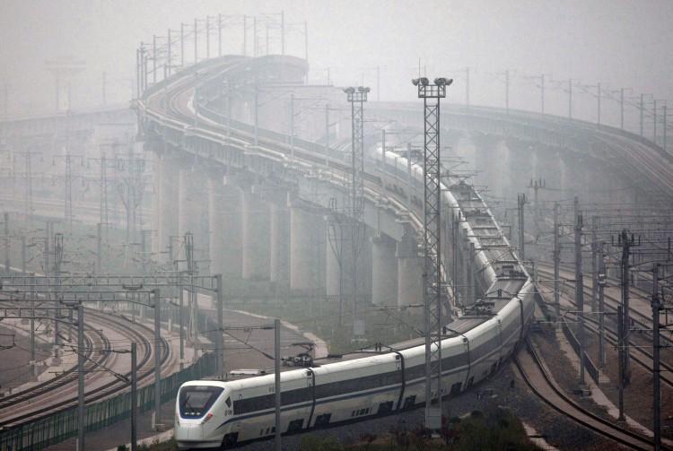 2011年上海,一輛高鐵在試運行期間駛離上海虹橋火車站。(ChinaFotoPress/Getty Images)
