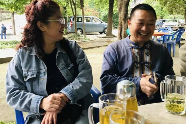 近日,大陸知名異見人士陳雲飛表示,香港人成熟、非暴力不合作的抗爭運動模式,值得大陸民眾借鑒。圖左為張先癡先生的夫人楊文婷女士。(受訪者提供)