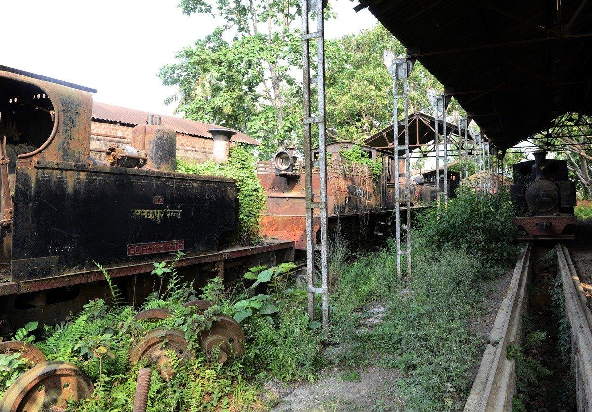印度駐尼泊爾大使館於8月31日表示,兩國已簽署興建一條連結雙邊的鐵路協議。圖為尼泊爾的廢棄火車及破舊的鐵道。(PRAKASH MATHEMA/AFP/Getty Images)