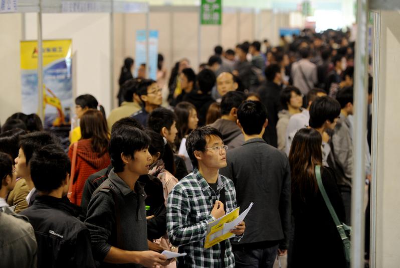 中國全部外商投資企業吸納的直接就業人數超過4,500萬。另外,還有很多依靠外企生存的供應商、上下游企業,粗略估計,外企撤離中國影響就業人數將數以億計。圖為安徽合肥的一場就業招聘會。(AFP)