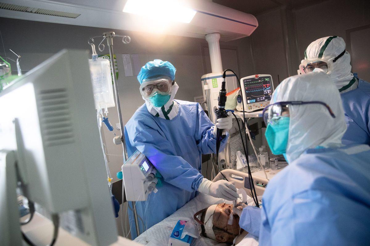 中共肺炎(武漢肺炎)這隻疫情黑天鵝,蔓延全世界,造成近百萬人確診。(STR/AFP via Getty Images)