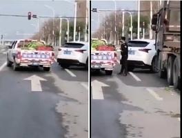 武漢城管攔車搶走四川運來的救災蔬菜