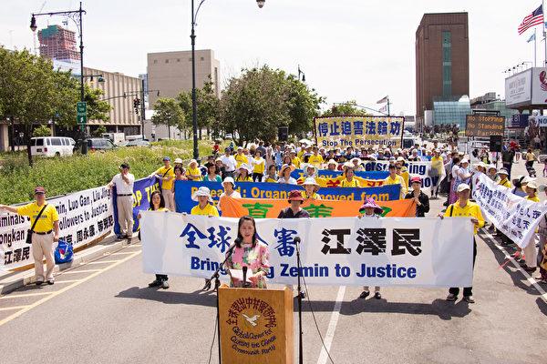 紐約法輪功學員在中國駐紐約總領事館對面集會,聲援訴江大潮,打出「全球公審江澤民」、「人類群體滅絕 江澤民罪責難逃」的橫幅。(戴兵/大紀元)