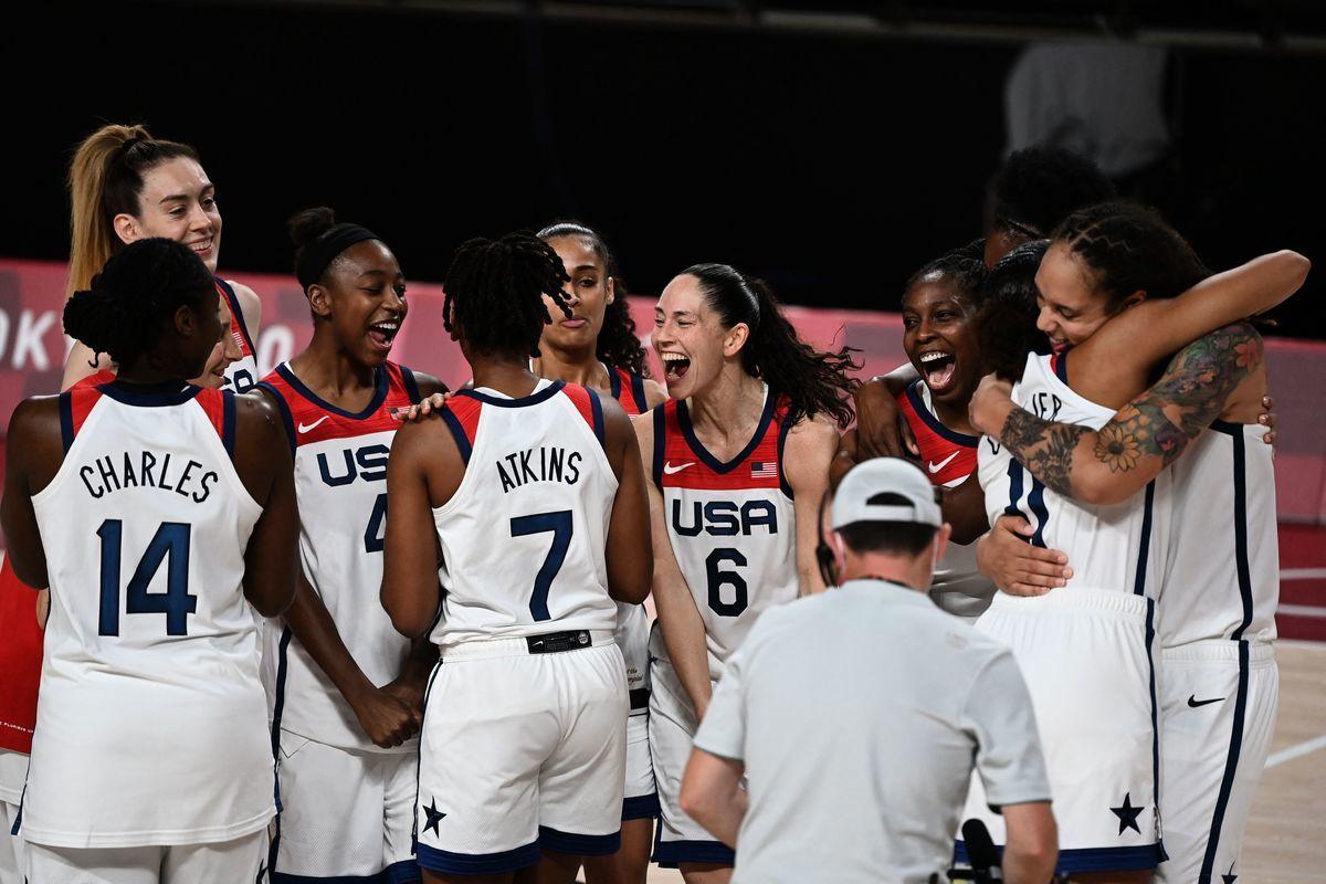 東奧會最後一日,在女籃決賽中,強大的美國隊兵不血刃以90:75戰勝東道主日本隊,實現奧運「七連冠」。(MOHD RASFAN/AFP via Getty Images)