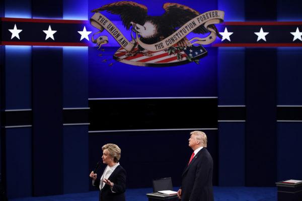 2016年10月9日,特朗普與希拉莉在密蘇里州聖路易斯華盛頓大學進行第二次總統辯論。(Win McNamee/Getty Images)