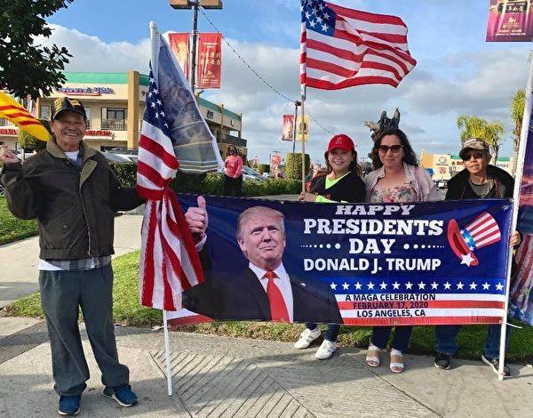 徵簽現場民眾向特朗普總統祝賀「總統日」。(瓊斯提供)
