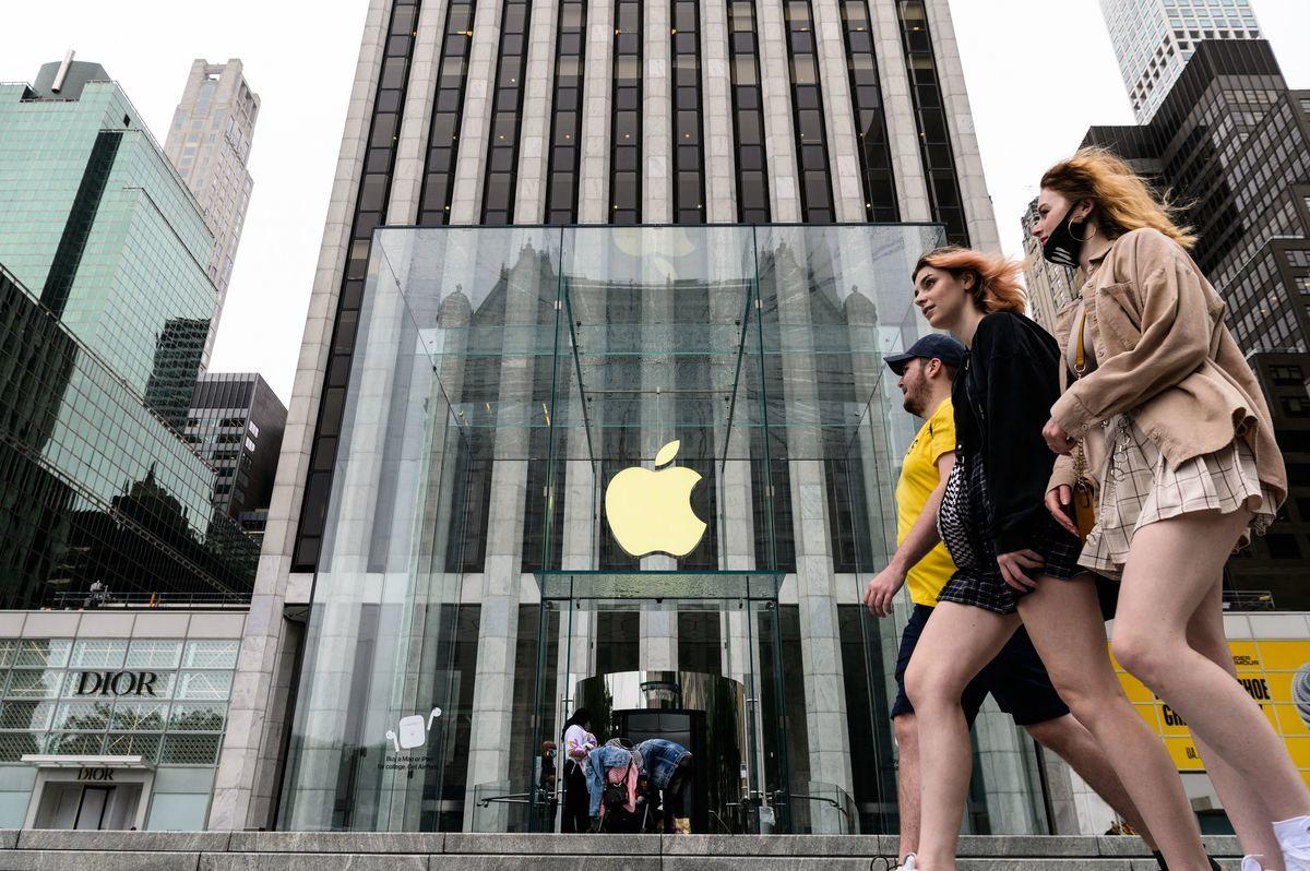 蘋果已要求LG和Samsung供應更多OLED面板。(ANGELA WEISS/AFP via Getty Images)